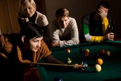 Frau, die Snooker spielt Lizenzfreies Stockfoto