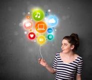 Frau, die Social Media-Ballon hält Stockbild