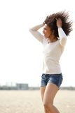 Frau, die Sommer am Strand genießt Lizenzfreie Stockfotos