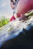 Frau, die am Sommertag canoeing ist Lizenzfreie Stockfotos