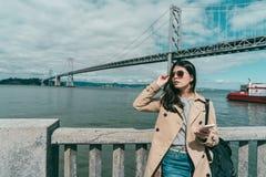 Frau, die Sonnenbrille beim irgendwo schauen hält stockfotos