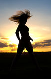 Frau, die am Sonnenuntergang trainiert Lizenzfreie Stockbilder