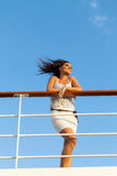 Frau, die Sonnenuntergangkreuzfahrt genießt Stockfoto