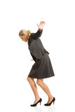 Frau, die sorgfältig geht Lizenzfreies Stockfoto
