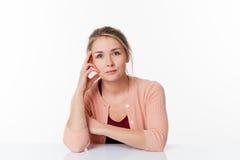 Frau, die am spärlichen Schreibtisch für Geduld und Ruhe sitzt Stockbild