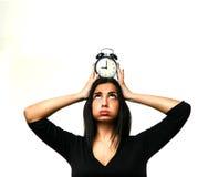 Frau, die spät mit Uhr über dem Kopf läuft lizenzfreies stockbild