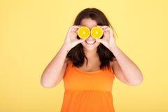 Frau, die Spaß mit Orangen hat Stockfoto