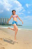 Frau, die Spaß am Strand hat Stockfotografie