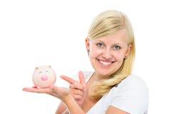 Frau, die Sparschwein hält Lizenzfreie Stockfotografie