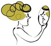 Frau, die Spiegel betrachtet Stockbilder