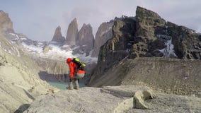Frau, die Spitze Torres Del Paine bewundert stock footage
