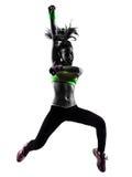 Frau, die springendes Schattenbild Eignung zumba Tanzens ausübt Stockfotos