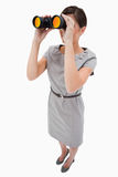 Frau, die Spyglasses verwendet Lizenzfreies Stockbild