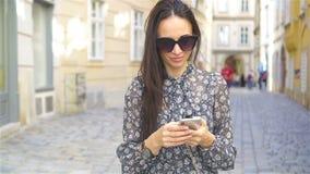 Frau, die in Stadt geht Junger attraktiver Tourist draußen in der europäischen Stadt stock footage