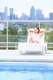 Frau, die am Stadtpool sich entspannt Stockbilder