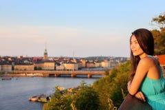 Frau, die Stadtstadtbildansicht Stockholms alte betrachtet Lizenzfreies Stockfoto