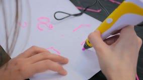Frau, die Stift des Drucken 3D verwendet Lizenzfreies Stockfoto