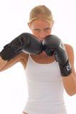Frau, die Stoßverpacken mit Verpackenhandschuhen tut Stockbild