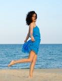 Frau, die am Strand aufwirft stockfotografie