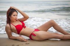 Frau, die am Strand aufwirft Stockbild