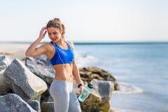 Frau, die am Strand ausarbeitet Lizenzfreies Stockfoto