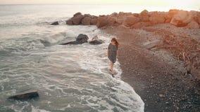 Frau, die am Strand geht stock video
