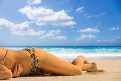 Frau, die am Strand in Griechenland suntanning ist Stockfotos