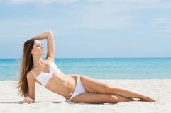 Frau, die am Strand sich entspannt Stockbild