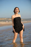 Frau, die am Strand steht Lizenzfreies Stockbild