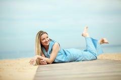 Frau, die am Strand stillsteht Stockbild