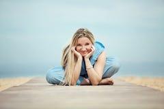 Frau, die am Strand stillsteht Lizenzfreies Stockbild
