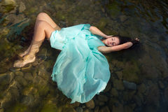 Frau, die in Strandwasser schwimmt Lizenzfreies Stockfoto