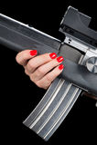 Frau, die Sturmgewehr anhält Lizenzfreie Stockfotografie