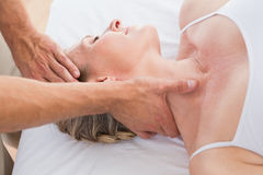 Frau, die Stutzenmassage empfängt stockbilder