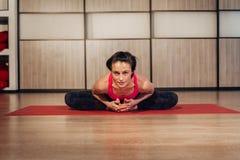 Frau, die Sukhasana oder einfache Yogahaltung demonstriert Lizenzfreies Stockfoto