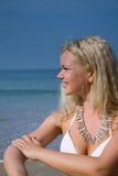 Frau, die Suntanlotion anwendet Lizenzfreie Stockbilder