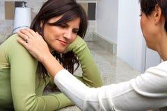 Frau, die suport für ihren betonten Freund zur Verfügung stellt lizenzfreies stockbild