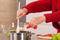 Frau, die Suppe macht Lizenzfreie Stockfotos