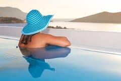 Frau, die am Swimmingpool sich entspannt Lizenzfreies Stockbild