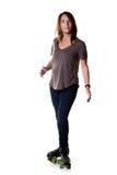 Frau, die t-Halt auf Viererkabelrollschuhen tut Stockfotos