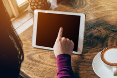 Frau, die Tablet-Computer in der Kaffeestube verwendet Lizenzfreie Stockfotos
