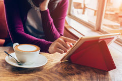 Frau, die Tablet-Computer in der Kaffeestube verwendet Lizenzfreies Stockbild