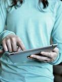 Frau, die Tablet hält und Finger verwendet Stockfoto