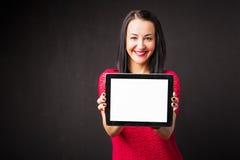 Frau, die Tablet mit leerem Bildschirm hält Stockbild