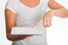 Frau, die Tablette in ihren Händen zeigt Lizenzfreies Stockbild