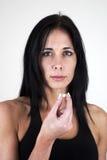 Frau, die Tablette in ihren Mund einsetzt Stockfotos
