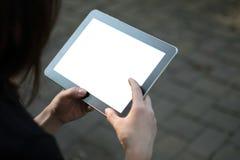Frau, die Tablette im Garten verwendet Lizenzfreies Stockbild