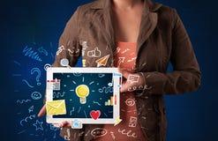 Frau, die Tablette mit Anwendungen hält lizenzfreie stockfotografie