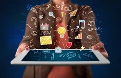 Frau, die Tablette mit Anwendungen hält lizenzfreie stockbilder
