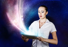 Frau, die Tablette-PC verwendet Stockfotografie